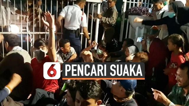 Petugas Satpol PP mengevakuasi ratusan pengungsi pencari suaka dari kantor UNHCR di Jakarta Pusat. Mereka dikembalikan ke penampungan di Kalideres sempat terjadi kericuhan dan keributan dalam proses evakuasi .