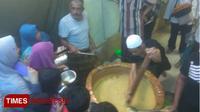 Antrian pembagian bubur Muhdhor di kampung Arab Tuban, Minggu (20/05/2018) (Times Indonesia/Safuwan)