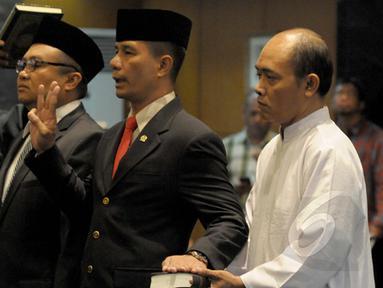 Ferry Kase (kedua kanan) dan Abdul Aziz (kedua kiri) diambil sumpahnya saat dilantik menjadi anggota MPR, Jakarta, Kamis (22/1/2015). (Liputan6.com/Andrian M Tunay)