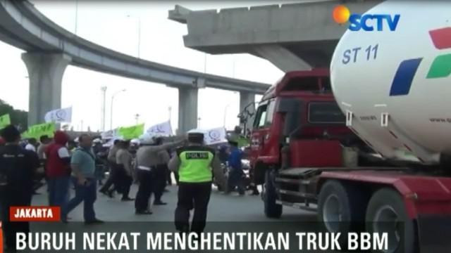 Ratusan buruh dari Serikat Buruh Sejahtera Indonesia,  yang mencoba masuk ke kawasan Pelabuhan Tanjung Priok, Jakarta Utara dihadang aparat kepolisian di depan pintu masuk.