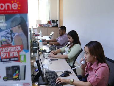 Suasana aktivitas pelayanan di call center erafon di Jakarta, Rabu (31/8). Erafone mengajak konsumen untuk lebih waspada terhadap penipuan online yang tengah marak saat ini (Liputan6.com/Angga Yuniar)
