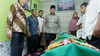Gubernur Sumsel Herman Deru saat melayat ke rumah duka WK (14), korban penganiayaan di SMA Taruna Indonesia Palembang (Dok. Humas Pemprov Sumsel / Nefri Inge)
