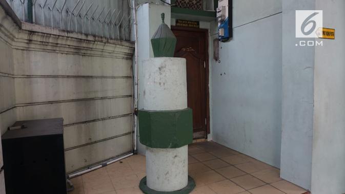 Prasasti Tugu Lilin, dibangun oleh para pendiri Masjid Al Hikmah dan GKJ Joyodiningratan dan berisi pesan keharmonisan. (foto: Liputan6.com/fajar abrori)