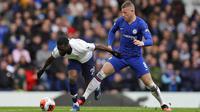 Gelandang Chelsea, Ross Barkley, berebut bola dengan pemain Tottenham Hotspur, Tanguy Ndombele, pada laga Premier League di Stadion Stamford Bridge, Sabtu (22/2/2020). Chelsea menang 2-1 atas Tottenham Hotspur. (AP/Kirsty Wigglesworth)