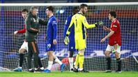 Pelatih Manchester United, Ole Gunnar Solskjaer, menyalami para pemain usai melawan Chelsea pada laga Liga Inggris di Stadion Stamford Bridge, Minggu (28/2/2021). Kedua tim bermain imbang 0-0. (AP/Ian Walton, Pool)