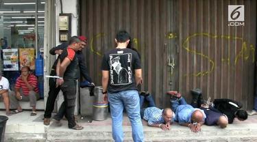 Polres Jakarta Barat menangkap belasan preman yang kerap memeras pemilik Ruko di daerah Cengkareng. Para preman ini menyamar sebagai petugas keamanan
