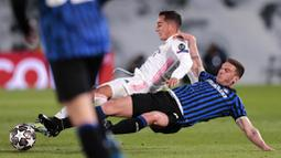 Pemain Real Madrid, Lucas Vazquez, berebut bola dengan pemain Atalanta, Robin Gosens, pada laga Liga Champions di Stadion Alfredo di Stefano, Rabu (17/3/2021). Real Madrid menang dengan skor 3-1. (AP/Bernat Armangue)