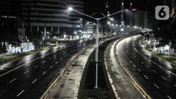 Suasana sepi di sepanjang Jalan Jenderal Sudirman, Jakarta, Kamis (31/12/2020). Kawasan Jalan MH Thamrin-Sudirman ditutup pada malam Tahun Baru untuk mencegah kerumunan warga sekaligus memutus penyebaran COVID-19. (merdeka.com/Iqbal S. Nugroho)