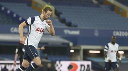 Penyerang Tottenham Hotspur, Harry Kane berselebrasi usai mencetak gol ke gawang Everton pada pertandingan lanjutan Liga Inggris di Goodison Park di Liverpool, Inggris, Sabtu (17/4/2021). Kane mencetak dua gol di pertandingan ini. (Clive Brunskill/Pool via AP)