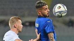Bek Italia, Emerson, berebut bola dengan bek Estonia, Taijo Teniste, pada laga uji coba di Stadion Artemino Franchi, Kamis (12/11/2020) dini hari WIB. Italia menang 4-0 atas Estonia. (AFP/Alberto Pizzoli)