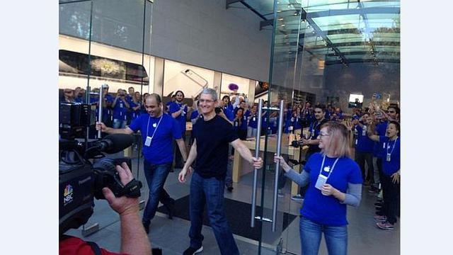 CEO Apple Tim Cook saat membuka pintu Apple Store (Foto: Kiet Do via Twitter)