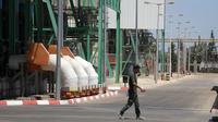 Seorang pekerja Palestina terlihat di sebuah pembangkit listrik di Jalur Gaza tengah pada 17 Agustus 2020. Satu-satunya pembangkit listrik di Jalur Gaza akan kehabisan bahan bakar pada Selasa (18/8) setelah Israel menutup perlintasan perbatasan Karm Abu Salem pekan lalu. (Xinhua/Rizek Abdeljawad)