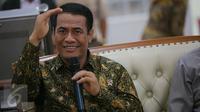 Menteri Pertanian (Mentan) Amran Sulaiman memberi keterangan usai menyambut kedatangan 500 ekor sapi asal NTT yang baru saja tiba di Pelabuhan Tanjung Priok, Jakarta, Selasa (9/2). (Liputan6.com/Faizal Fanani)