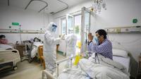 Pasien kritis virus corona atau COVID-19 memberi isyarat kepada dokter di Rumah Sakit Jinyintan, Wuhan, Provinsi Hubei, China, Kamis (13/2/2020). Data terbaru tanggal 14 Februari 2020 menunjukkan jumlah korban tewas akibat virus corona mendekati angka 1.500. (Chinatopix Via AP)