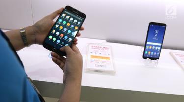 Pegawai mengecek handphone/smartphone di salah satu gerai di Jakarta, Kamis (7/4/2019). Pemerintah tengah menyiapkan kebijakan pemblokiran ponsel ilegal atau black market berdasarkan pada validasi International Mobile Equipment Identity (IMEI). (Liputan6.com/Angga Yuniar)
