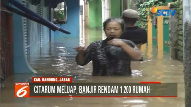 Banjir kembali mengganggu aktivitas warga karena akses jalan menuju perkampungan terputus dan tak bisa dilalui kendaraan.