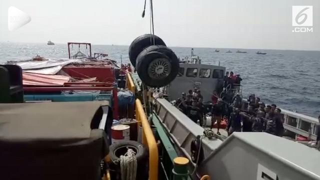Tim SAR gabungan telah menemukan salah satu roda pesawat Lion Air JT 610. Raoda tersebut telah diangkat ke KRI Banda Aceh