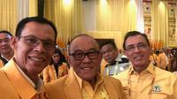 Ketua DPD Kabupaten Bogor Ade Ruhandi (kiri) bersama Aburizal Bakrie. (Yusron/Liputan6.com)