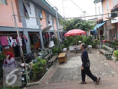 Warga beraktivitas di Kampung Deret Petogogan, Jakarta Selatan, Selasa (12/7). Wagub DKI Jakarta Djarot Saiful Hidayat akan memprioritaskan pembangunan rusun dan program kampung deret pada tahun 2017 mendatang. (Liputan6.com/Immanuel Antonius)