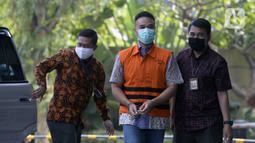 Menantu mantan Sekretaris Mahkamah Agung Nurhadi, Rezky Hebriyono (tengah) saat akan menjalani pemeriksaan pascapenahanan di Gedung KPK, Jakarta, Rabu (10/6/2020). Rezky diperiksa sebagai saksi untuk Nurhadi terkait dugaan suap pengurusan perkara di MA tahun 2011-2016. (merdeka.com/Dwi Narwoko)