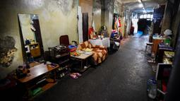 Koridor komunal asrama untuk pekerja pabrik tekstil Proletarka di Kota Tver, Rusia, 8 Agustus 2020. Dua dari sekitar 50 bangunan neo-Gotik di Proletarka dihias dengan medali emas pada Pameran Universal 1900 di Paris. (Alexander NEMENOV/AFP)