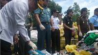 Ratusan karung pakaian dan sepatu bekas asal Timor Leste yang diamankan di Dermaga TNI AL Kendari, Rabu (30/1/2019). (Liputan6.com/Ahmad Akbar Fua)