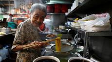 Nenek Leong Yuet Meng, pemilik usaha Nam Seng Noodle House mengolah mie di warungnya di Singapura (22/3). Leong Yuet Meng masih menjalankan usaha warung mie pangsit, meski berusia sudah menginjak 90 tahun. (Reuters/Edgar Su)