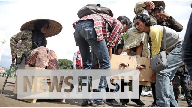 Sembilan wanita memasung kakinya dengan semen. Mereka berdemonstrasi di depan Istana Merdeka agar Presiden Jokowi menemuinya. Mereka menuntut agar tidak ada pendirian pabrik semen di Pegunungan Kars, Kendeng, Jawa Tengah.