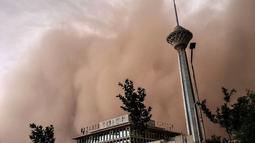 Sedikitnya empat orang tewas dan puluhan lainnya luka-luka akibat badai pasir yang melanda Teheran, Iran, (2/6/2014). (AFP PHOTO/FARS NEWS/Mostafa Vosogh)