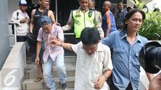 Dua orang pencopet dibawa oleh petugas kepolisian menuju Polsek Menteng dari Pospol Bundaran HI, Jakarta, Rabu (3/5). Aksi mereka digagalkan seorang perempuan yang merupakan korbannya di Kopaja P19. (Liputan6.com/Angga Yuniar)