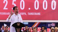 Presiden Jokowi memberikan sambutan pada acara Pelepasan Kontainer Ekspor Mayora ke-250.000 ke Filipina di pabrik Mayora di Cikupa Tangerang, Senin (18/2). PT. Mayora Indah telah mengekspor lebih dari 100 negara. (Liputan6.com/Fery Pradolo)