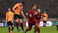 Pemain Liverpool, Roberto Firmino (depan), berselebrasi setelah membobol gawang Wolverhampton Wanderers pada laga Premier League di Molineux, Jumat (24/1/2020) dini hari WIB. (AFP./Oli Scarff)
