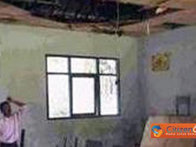 Citizen6, Maluku: Keadaan di dalam tempat mengajar tidak lebih baik. Bangunan sudah mengalami kerusakan di mana-mana dan juga bocor. (Pengirim: Bobhy Lewie)