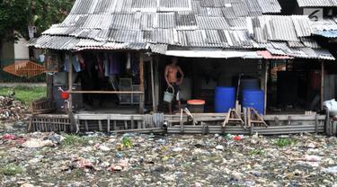 Aktivitas warga di pinggiran Kali Pisang Batu yang dipenuhi sampah, Tarumajaya, Bekasi, Jawa Barat, Rabu (9/1). Warga tetap melakukan aktivitas meski bau tak sedap menghantui mereka akibat tumpukan sampah di kali tersebut. (Merdeka.com/Iqbal S. Nugroho)