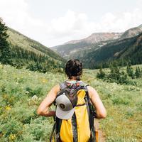 ilustrasi backpacker perempuan/Photo by Holly Mandarich on Unsplash