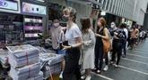 Orang-orang mengantre untuk edisi terakhir Apple Daily di stan surat kabar di sebuah jalan pusat kota di Hong Kong, Kamis (24/6/2021). Ratusan orang mengantre pada Kamis dini hari untuk membeli edisi cetak terakhir surat kabar pro-demokrasi Hong Kong, Apple Daily. ( AP Photo/Vincent Yu)