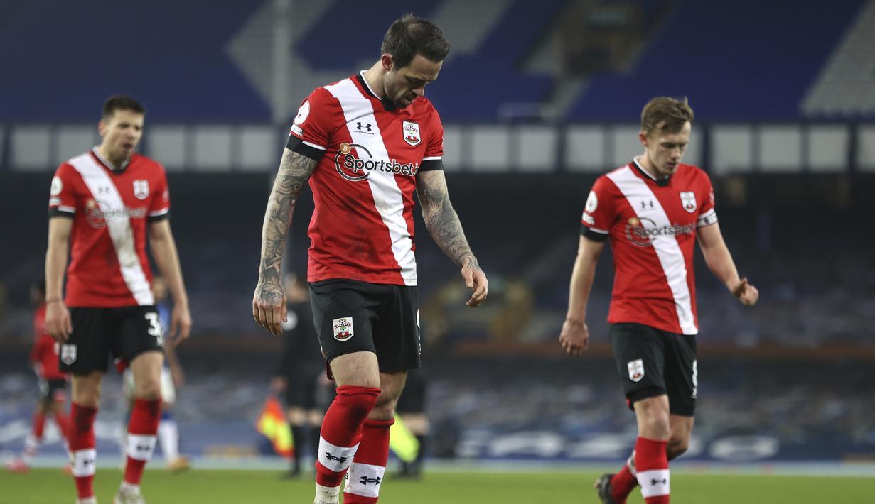 Striker Southampton, Danny Ings (tengah) dan rekan setim berjalan tertunduk usai berakhirnya laga lanjutan Liga Inggris 2020/21 pekan ke-26 melawan Everton di Goodison Park, Liverpool, Senin (1/3/2021). Southampton kalah 0-1 dari Everton. (AP/Clive Brunskill/Pool)