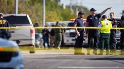 Petugas berjaga di lokasi penembakan massal di Gereja First Baptist, Sutherland Springs, Texas, (5/11). Pelaku melepaskan tembakan pukul 11.30 waktu setempat, Setidaknya 26 orang meninggal dunia. (Nick Wagner/Austin American-Statesman via AP)