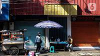 Warga menikmati makanan saat PPKM Level 4 di Jakarta, Minggu (1/8/2021). Bukan saja kasus aktif yang turun, kasus pemakaman dengan Prokes juga turun saat ini menurut Anies, kematian akibat Covid-19 hanya 100-200 per hari. (Liputan6.com/Johan Tallo)