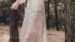 Dalam fashion, wanita kelahiran 22 November 2002 ini memiliki gaya vintage. Saat tampil dalam sebuah pemotretan, ia tampak mengenakan gaun panjang dengan lengan balon. Penampilannya pun tampak memesona. (Liputan6.com/IG/@yasminnapper)