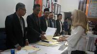 Salah satu pasangan calon saat mendaftar di KPU Kota Malang, Jawa Timur. (Liputan6.com/Zainul Arifin)