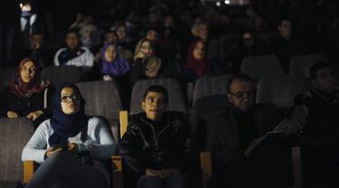 Warga Palestina saat menikmati film di aula Red Crescent Society di Kota Gaza, (25/2). Warga Palestina kembali dapat menikmati menonton film di biskop setelah 20 tahun lamanya. (REUTERS / Mohammed Salem)