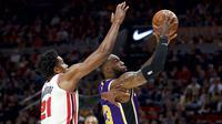 Pebasket Los Angeles Lakers, LeBron James, berusaha memasukan bola saat melawan Portland Trail Blazers di Moda Center, Sabtu 928/12). LA Lakers menang 128-120 atas Portland Trail Blazers. (AP/Craig Mitchelldyer)