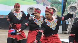 Penari membawakan tarian tradisional Lombok dan Bima dalam Seri Konser Situs Budaya Iwan Fals dan Band di Panggung Kita, Depok, Sabtu (3/3). Acara Konser Situs Budaya edisi kesepuluh ini telah digelar sejak pukul 13.00 WIB. (Liputan6.com/Arya Manggala)