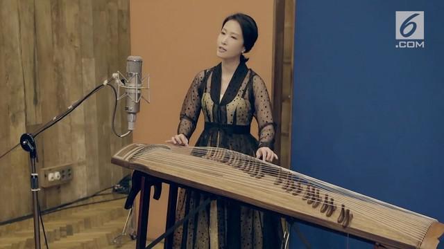 Seorang seniman asal Negeri Ginseng, Lee Jungpyo, membawakan lagu Bengawan Solo dengan bahasa Korea. Ia melantunkan lagu ciptaan Gesang tersebut dengan alat musik petik khas Korea.