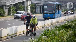 Pesepeda melintas di Jalan Jenderal Sudirman, Jakarta, Minggu (6/6/2021). Gubernur DKI Jakarta Anies Baswedan berencana menambah jalur sepeda untuk memfasilitasi warga agar dapat bersepeda secara aman. (Liputan6.com/Faizal Fanani)