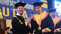 Bachrul Amiq memberi selamat kepada mahasiswa yang berhasil menyelesaikan studi di Unitomo, salah satunya adalah Ega Prayudi, anak komedian Tukul Arwana, Sabtu (29/9/2018). (Times Indonesia/Istimewa)