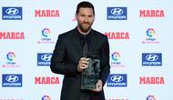 Megabintang Argentina, Lionel Messi menerima trofi Alfredo Di Stefano sebagai pemain terbaik LaLiga 2017-18 pada Football Marca Awards di Barcelona, Senin (12/11). Gelar pemain terbaik LaLiga kali ini merupakan yang ke-7 untuk Messi. (LLUIS GENE/AFP)