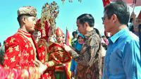 Prosesi penyambutan Presiden Jokowi saat menghadiri HPN 2018 di Padang, Sumatera Barat, Jumat (9/2). (Liputan6.com/Pool/Biro Setpres)