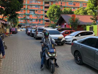 Warga beraktivitas di sekitar Rusun Petamburan, Jakarta, Jumat (21/8/2020). Pelaksana Tugas (Plt) Kepala Dinas PRKP DKI Jakarta, Sarjoko mengatakan Dinas Perumahan Rakyat dan Permukiman (PRKP) DKI Jakarta akan membangun 10 rusunawa baru tahun 2020 ini. (Liputan6.com/Immanuel Antonius)